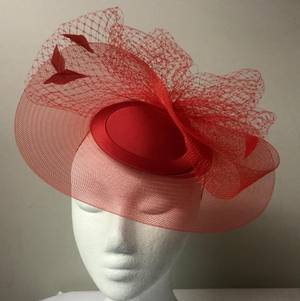 Red cocktail hat with veiling and feathers - one only